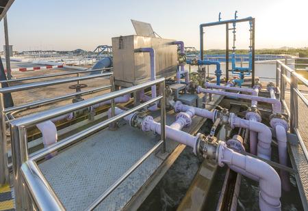 aguas residuales: proceso de adición de compuestos químicos en planta de tratamiento de agua Foto de archivo