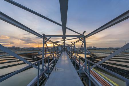 aguas residuales: Planta de tratamiento de agua a la salida del sol Foto de archivo
