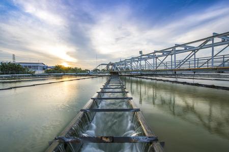 El proceso de recirculación de fangos Sólido Tipo de contacto del tanque clarificador en la planta de tratamiento de las aguas Foto de archivo