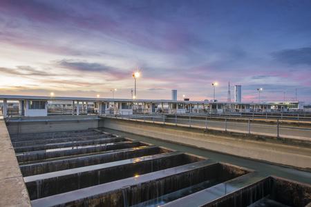filtración: tanque de filtración de arena en la planta de tratamiento de agua con cielo crepuscular Foto de archivo