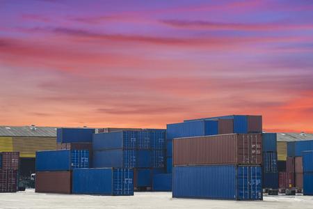 Industriehafen mit Containern und Luft für Logistikkonzept Standard-Bild