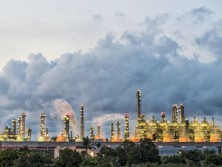 Stoomcentrale in de olieraffinaderijfabriek Stockfoto