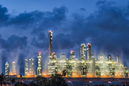 Grote olietanks in een raffinaderij met behandeling vijver bij industriële installaties