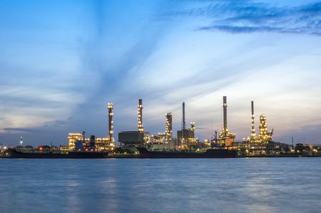 Olieraffinaderij met schemeringhemel Stockfoto
