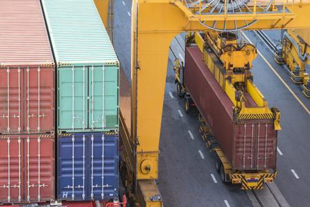 lavorando gru a ponte in cantiere per la logistica Import Export sfondo Archivio Fotografico