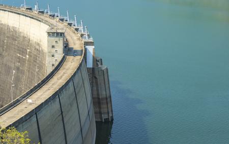 blauwe water tank met een betonnen dam