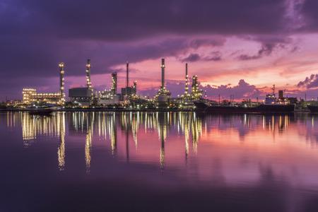 Olieraffinaderij bij schemering