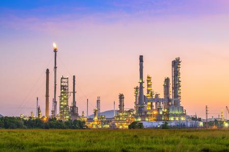 Het gebied van de olieraffinaderijinstallatie bij schemering