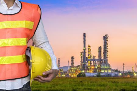 Ingenieur met Olieraffinaderij plant oppervlakte bij schemering