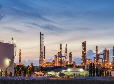 olieraffinaderij industrie met olie opslagtank