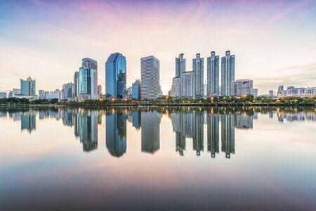 De stad van Bangkok met zonsopgang