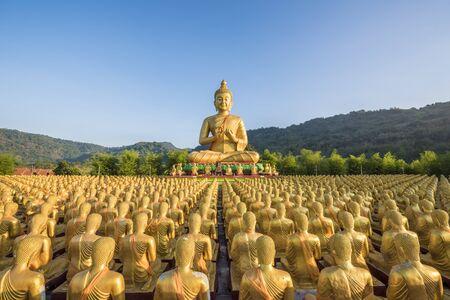 Gouden standbeeld van Boedha bij Buddha Memorial park Stockfoto
