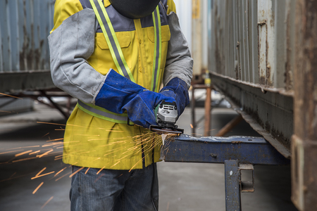 arbeider die een haakse slijper gebruikt die veel vonken produceert Stockfoto