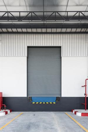 Dockleveller en sluiterdeur in logistieke omgeving