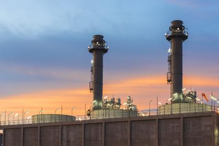 Olieraffinaderij met zonsondergang