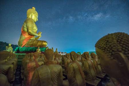 Gouden standbeeld van Boedha bij Buddha Memorial Park met Melkweg, Thailand Stockfoto