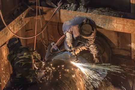 soldadura: Soldadura de tuberías en la obra de construcción de tuberías Foto de archivo