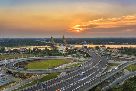 Nonthaburi brug, Thailand met zonsondergang Stockfoto