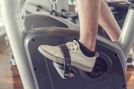 jonge man doen sport spinnen in de sportschool voor fitness Stockfoto