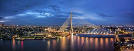 De stad van Bangkok met riviermening bij nacht
