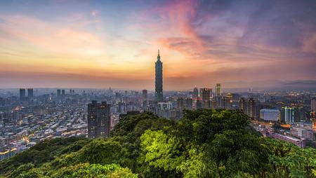 Taipei, Taiwan skyline bij twilight.