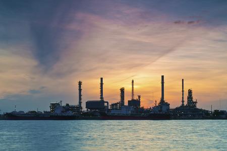 Olieraffinaderij bij zonsopgang Stockfoto