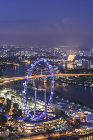 Singapore skyline van de stad bij nacht Stockfoto