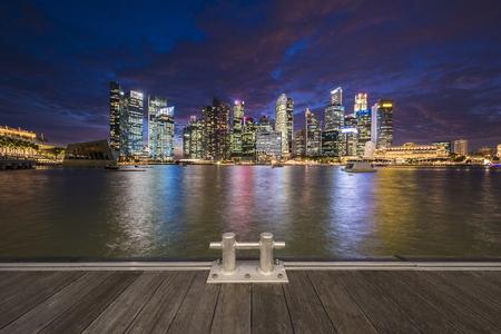 Het financiële district van Singapore bij schemering Stockfoto