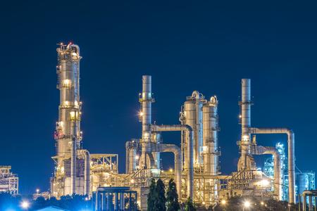industria petroquimica: Refinería de petróleo con el cielo crepuscular Foto de archivo