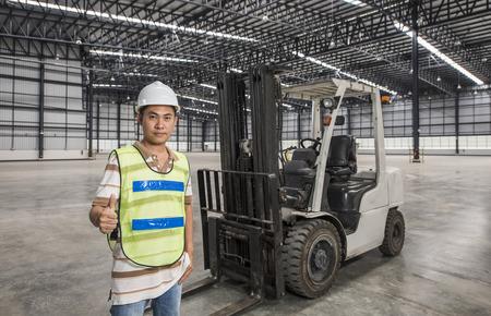 werknemer met een heftruck in een magazijn in logistiek gebied