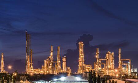 Olie-raffinaderij bij schemering hemel Stockfoto