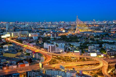 Rama 8 Brug met Bangkok stad bij nacht