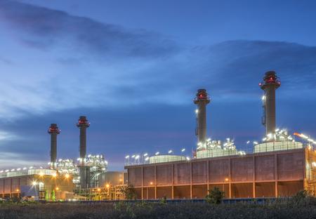 energiecentrale met schemeringhemel Stockfoto