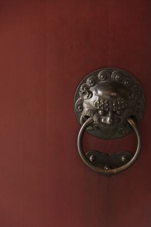 China Town Red Door Guardian Brass Greep Stockfoto