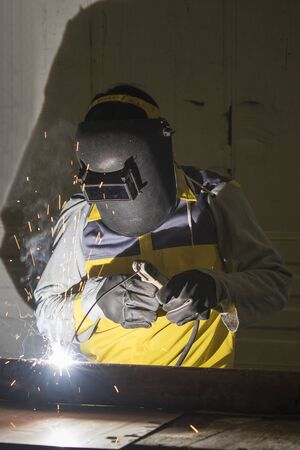 Werknemer het lassen van de stalen deel met de hand