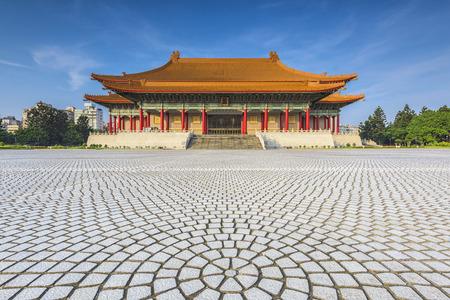 Taipei, Buildig in de buurt van Chiang Kai-shek Memorial Hall met blauwe hemel Redactioneel