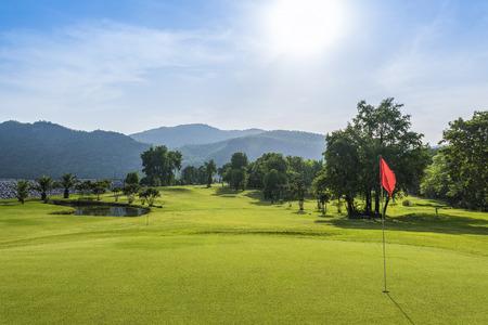 dia soleado: campo de golf con día soleado