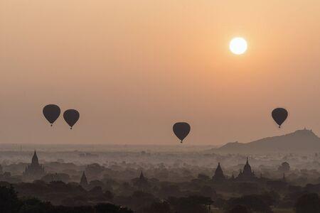 Tempel in Bagan met een luchtballon in de ochtend, Bagan, Myanmar Stockfoto