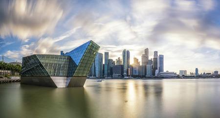 Singapore skyline en financiële gebouw met rivier bij zonsondergang