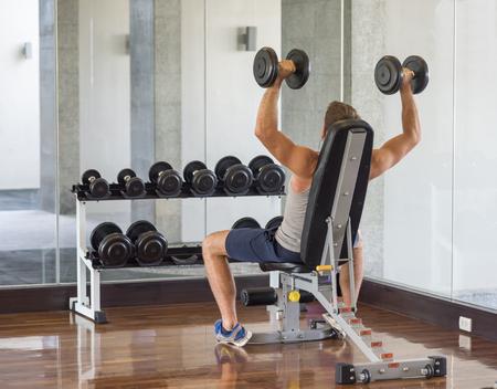 man met een gewicht training uitrusting op sport gym club