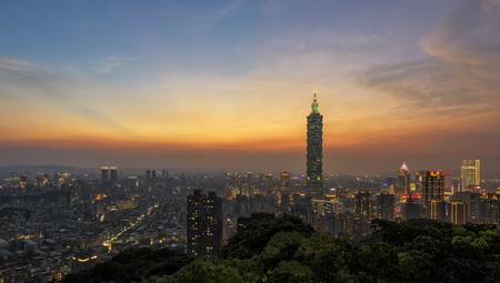 Taipei, Taiwan skyline van de stad bij schemering Stockfoto