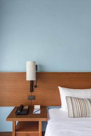 Mooie Moderne bed met lamp en lege muur