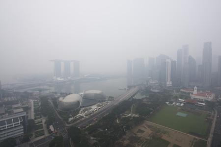 Haze vult de Marina Bay gebied. Nevel van de bosbrand en branden van de plantage in Indonesië.