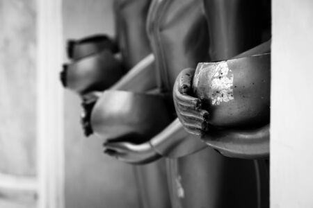 limosna: Limosnas taz�n de estatua de Buda. tono blanco y negro.