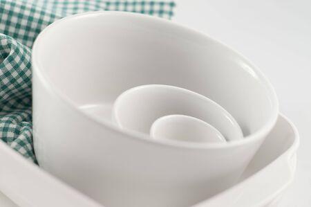tazones blancos para presentaci�n de alimentos y para cocinar con toalla facturado verde
