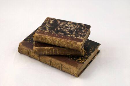 tres libros muy viejos con cuero viejo enlazado
