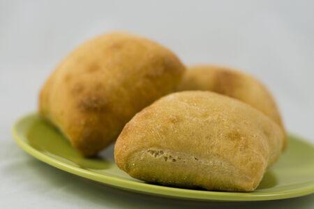 Pan tres tosta de mini italiano en un plato verde