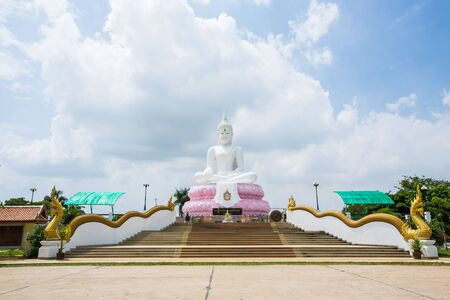 Buddha Ratnmni Bophit chonlasit Chaimongkolchai.Located in the area of Wang purple. Saraburi Around the Pasak dam lakes. Take a rickshaw to visit the dam of worship or follow the path to the huntsman Wang Muang District, Saraburi.
