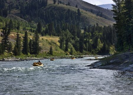 rafting: White water rafting lungo fiume Snake vicino alpino Wyoming