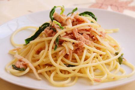spaghetti fried basil leave with tuna